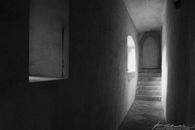 Zamek Grodziec. Wnętrza części udostępnionej do zwiedzania w znacznej mierze opiewają w dosyć acetyczne wnętrza.